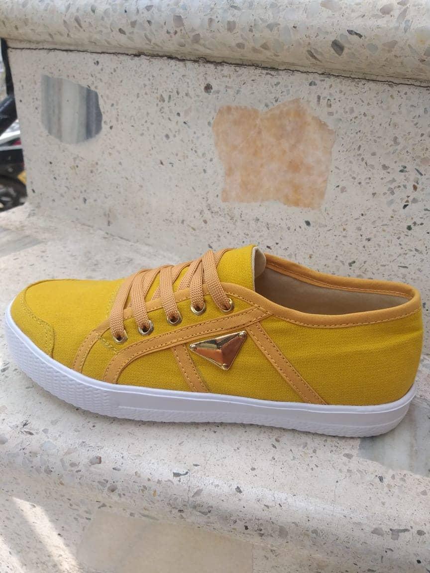 Par de Zapatos Para Dama en Lona y Suela TR Cocidos Amarillos.